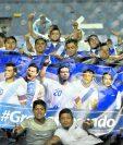 Un grupo de aficionados le realizó una manta especial a Carlos Ruiz, en su último partido con la Bicolor, el año pasado, en el estadio Doroteo Guamuch Flores (Foto Prensa Libre: Hemeroteca PL)