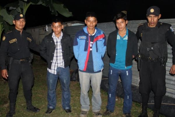 """Tres de los capturados en La Unión, Zacapa, por ser presuntos integrantes de la banda """"Los Sanguinarios"""" (Foto Prensa Libre: Julio César Vargas)"""