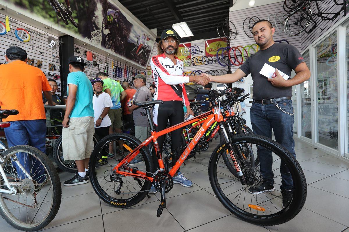 Antonio Paduá recibe la bicicleta que le obsequió la tienda Bike Sport luego del robo del que fue víctima en Patulul. Paduá aún confía en que aparezcan sus pertenencias. (Foto Prensa Libre: Érick Ávila)