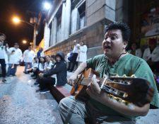 El grupo de médicos pasa su primera noche frente al Congreso. Ahí permanecerán hasta que se les asigne Q601 millones para aumento salarial. (Foto Prensa Libre: Esbin García)