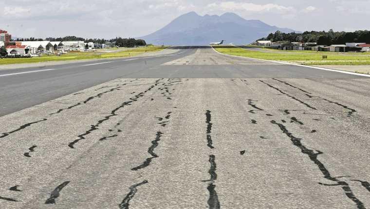 La pista del Aeropuerto es una de las próximas inversiones para mejorar la calidad del servicio. (Foto Prensa Libre: Hemeroteca PL)