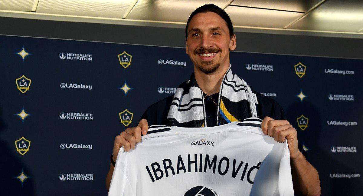 Zlatan Ibrahimovic sonríe con la camisa del Galaxy de Los Ángeles en su presentación oficial. (Foto Prensa Libre: AFP)
