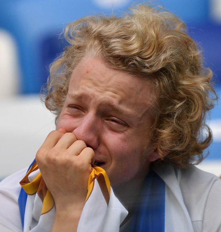 Un aficionado de Uruguay no puede contener el llanto. (Foto Prensa Libre: AFP)