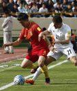 Jiang Zhipeng trata de quedarse con el balón ante la marca de Vorya Ghafuri durante el partido clasificatorio para la Copa del Mundo de Rusia 2018 entre Irán y China. (Foto Prensa Libre: EFE)