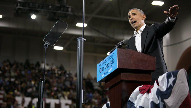 El expresidente Barack Obama criticó duramente las políticas antimigratorias de Donald Trump, horas antes de las elecciones legislativas. (Foto Prensa Libre: AFP)