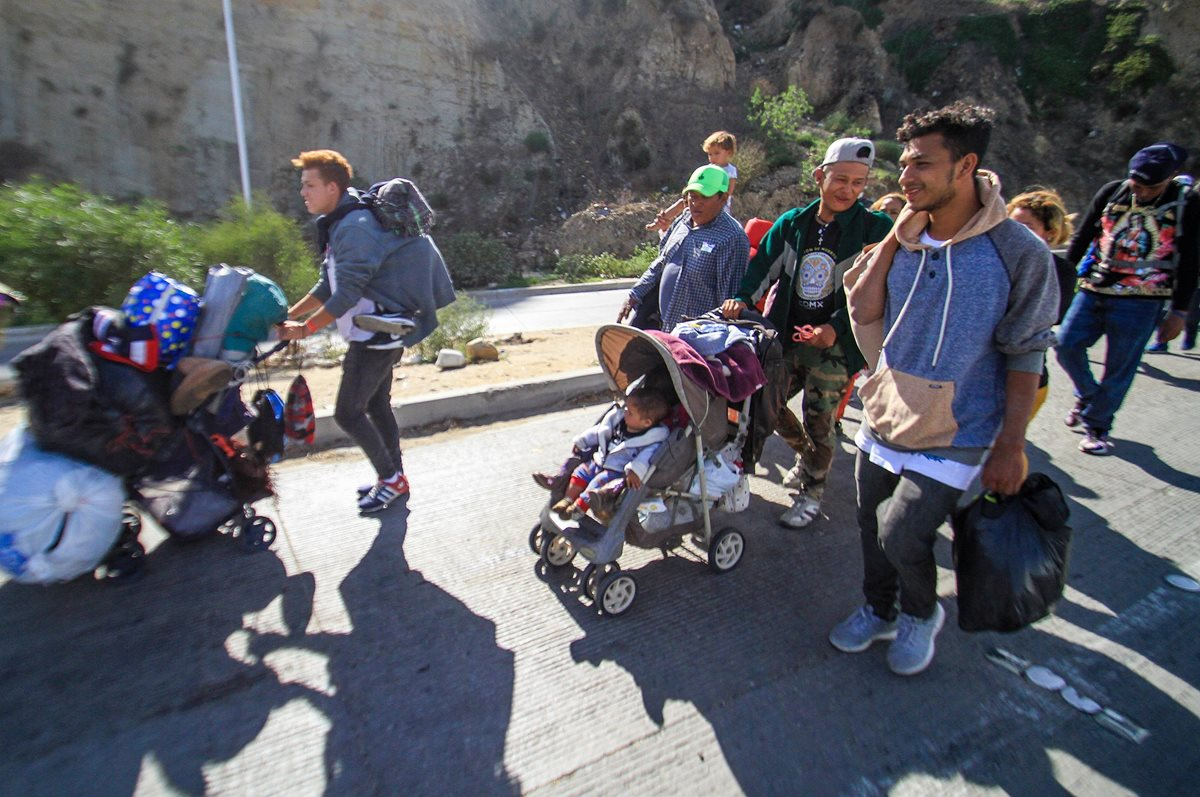 Migrantes centroamericanos llegan a Tijuana, México, donde se prevé que van a quedarse por meses. (Foto Prensa Libre: EFE)