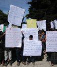 Decenas de estudiantes, padres de familia y maestros participaron en la marcha para exigir a las autoridades la refacción escolar. (Foto Prensa Libre: Ángel Julajuj).