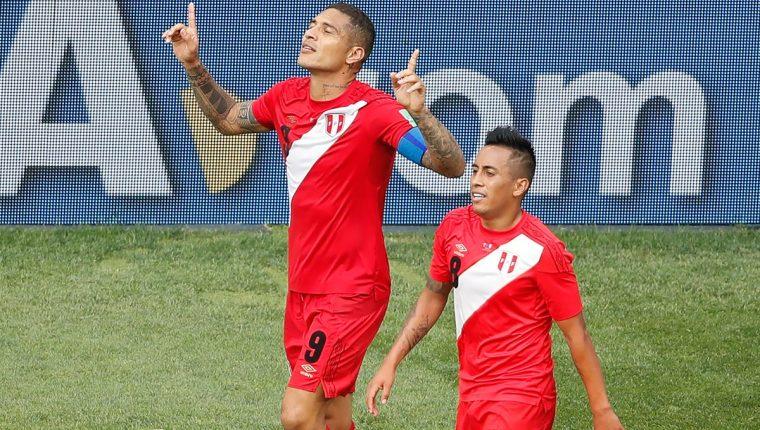 Paolo Guerrero celebra después de anotar el 2-0 en favor de Perú. (Foto Prensa Libre: AFP)