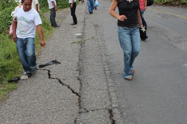 """En la región de Santa Rosa se observaron gran cantidad de fisuras en la carretera debido a los sismos de este lunes. (Foto Prensa Libre: Oswaldo Cardona)<br _mce_bogus=""""1""""/>"""