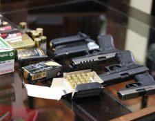 Doce armas de fuego de diferentes calibres fueron decomisadas en un operativo en Palín,Escuintla. (Foto Prensa Libre: Cortesía PNC)