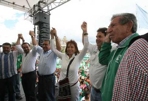 Torres levanta las manos junto a  líderes de la UNE-Gana.