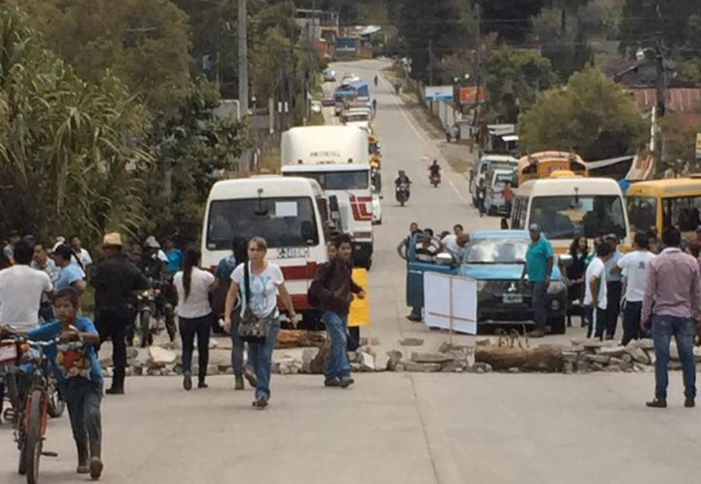 Vecinos bloquean carretera para exigir túmulos