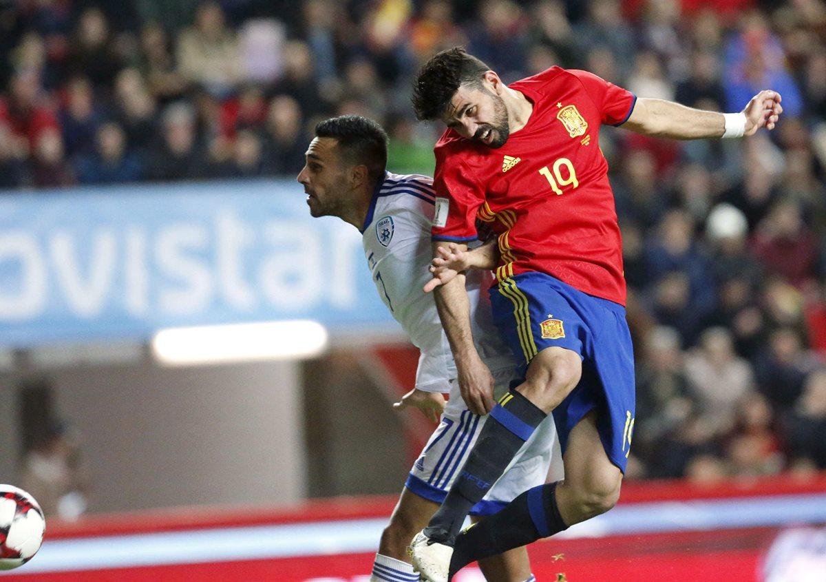 Diego Costa (d) remata para marcar el tercer gol ante Israel, en el partido del viernes recién pasado. (Foto Prensa Libre: EFE)