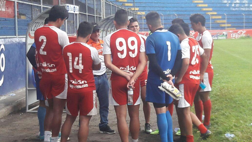 Wálter Claverí se despidió este martes del plante del jugadores de Suchitepéquez. (Foto Prensa Libre: Cristian Soto).