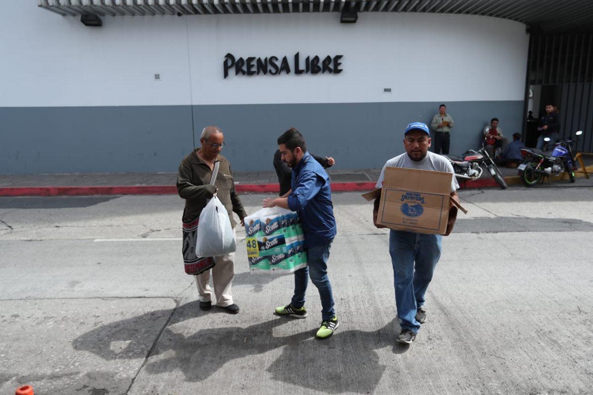 Personas llegan a Prensa Libre para entregar víveres que ayuden a las víctimas de la tragedia del Volcán de Fuego (Foto Prensa Libre: Esbin García).