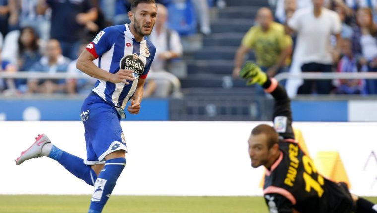Lucas Pérez anota el segundo gol de su equipo esta mañana. (Foto Prensa Libre: EFE)