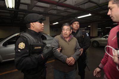Edwin Rodas llega a Torre de Tribunales el día de su detención para ser escuchado por el Juez de Turno. (Foto Prensa Libre: Hemeroteca PL)