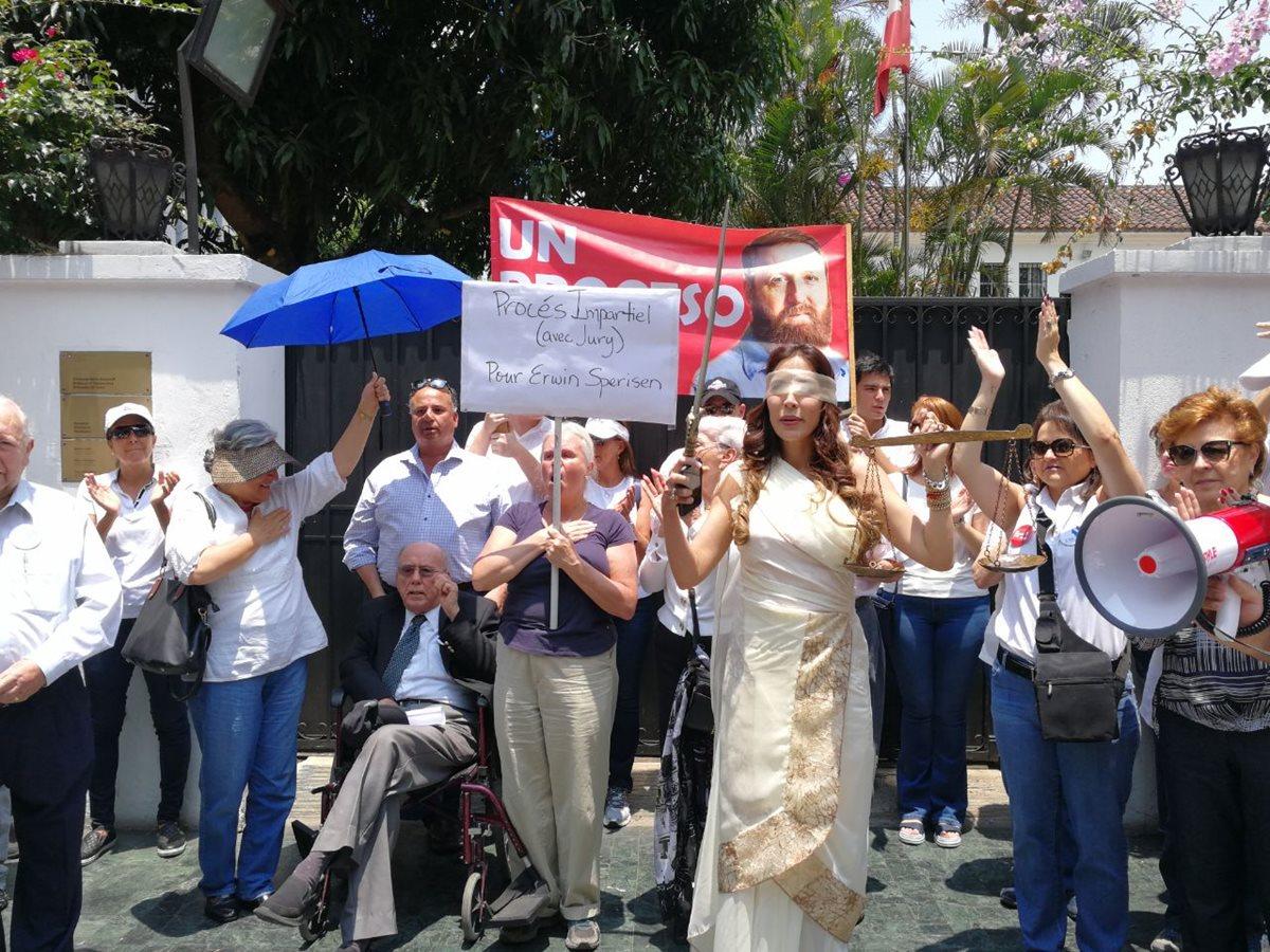 Protestan frente a Embajada de Suiza a favor de Erwin Sperisen
