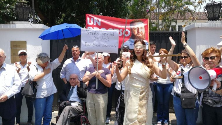 Personas protestan frente a la Embajada de Suiza a favor de Erwin Sperisen. (Foto Prensa Libre: Óscar Rivas)