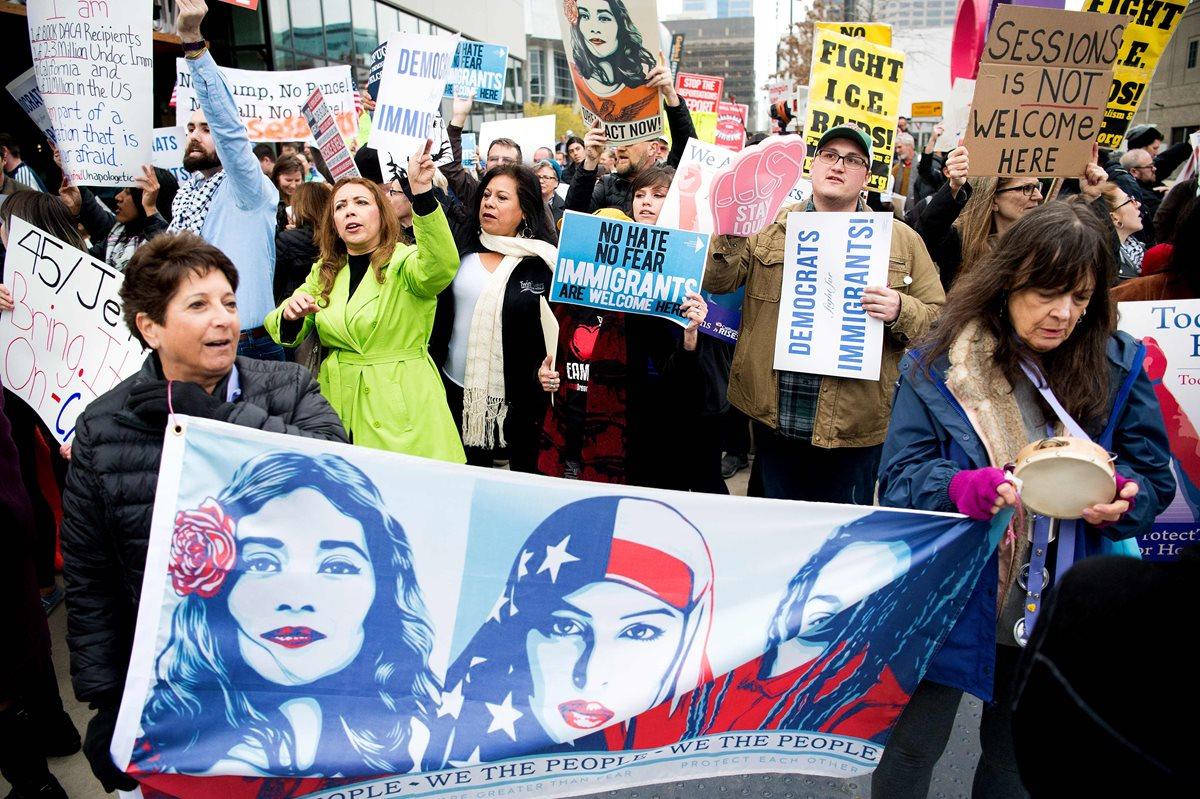 Una protesta se realizo afuera durante el discurso del Fiscal General de Estados Unidos Jeff Sessions en Sacramento, California.(Foto Prensa Libre:AFP).