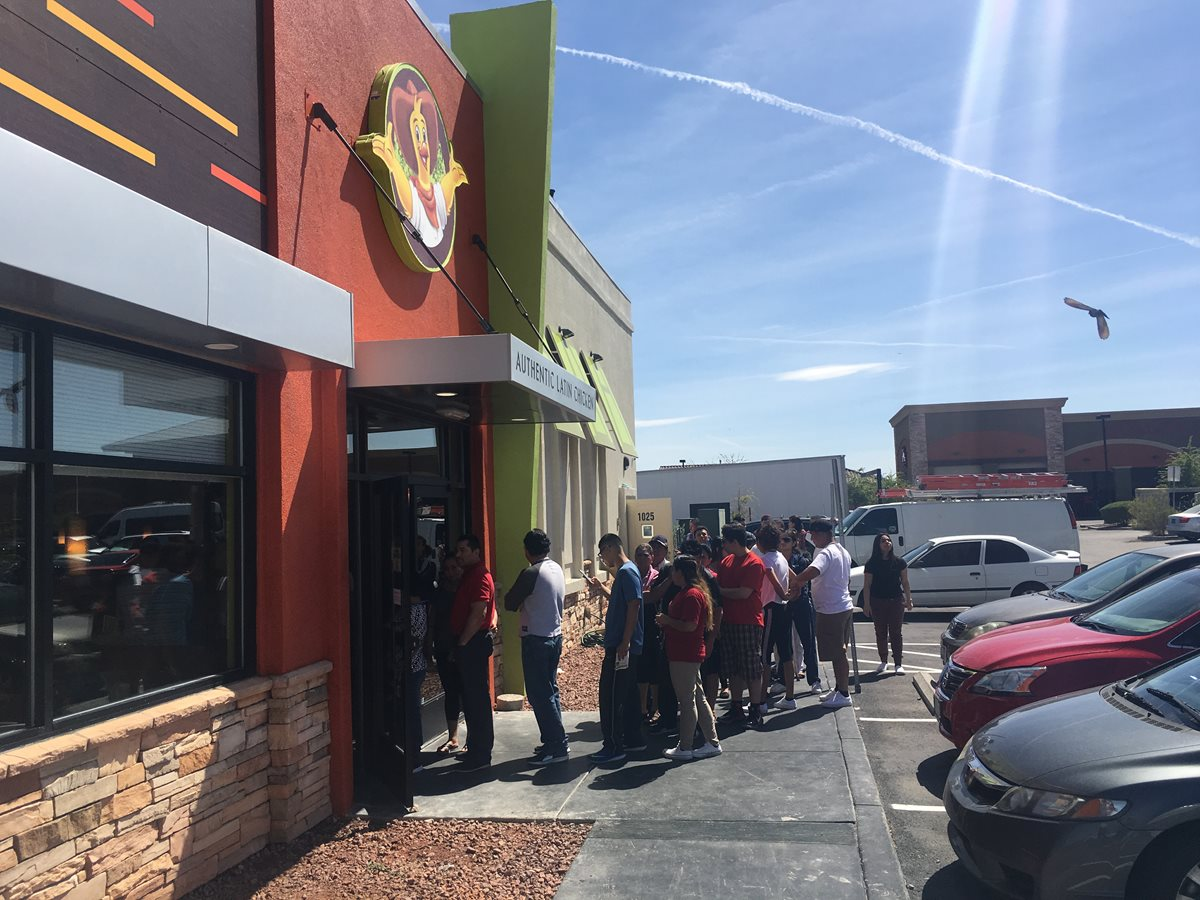 Personas esperan afuera de un restaurante Pollo Campero en EE. UU., para ser los primeros en comprar. (Foto Prensa Libre: Cortesía)