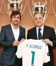 Fernando Alonso posa con el presidente del Real Madrid, Florentino Pérez, luego de su presentación como socio honorario del equipo. (Foto Prensa Libre: Real Madrid)
