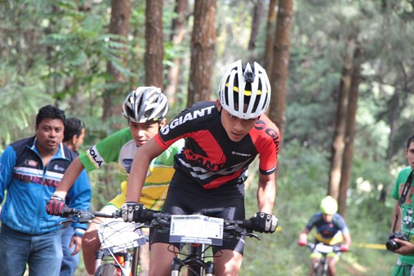 Reto ciclístico en la montaña de Tecpán