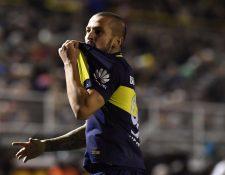 Darío Benedetto festeja su gol besando la camisola de Boca Juniors, en el duelo de este miércoles contra Olimpo (Foto Prensa Libre: AFP)