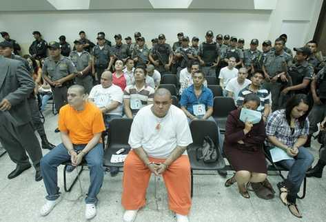 Los 36 procesados escuchan la sentencia. (Foto Prensa Libre)