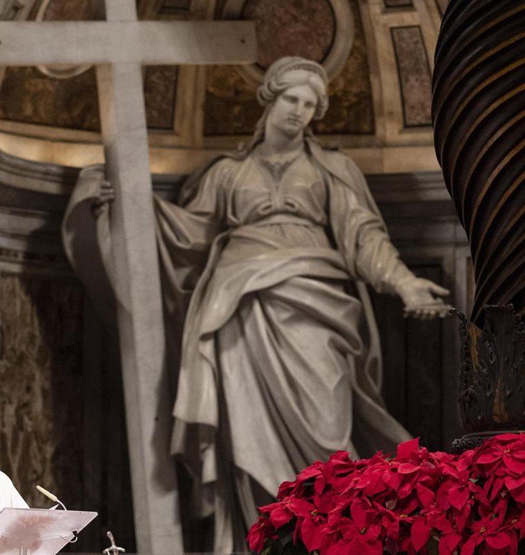 El Papa celebró anoche la misa en la Basílica de San Pedro en la Ciudad del Vaticano. (Foto Prensa Libre: EFE)