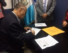 Primeros candidatos interesados en ocupar el cargo de Superintendente de Administración Tributaria se acercan a entregar su papelería. (Foto Prensa Libre: Cortesía La Red)
