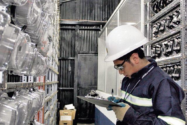 Las operaciones de Energuate registran pérdidas por conflictividad social. En la foto se muestra pruebas de contadores. (Foto, Prensa Libre: Hemeroteca PL).
