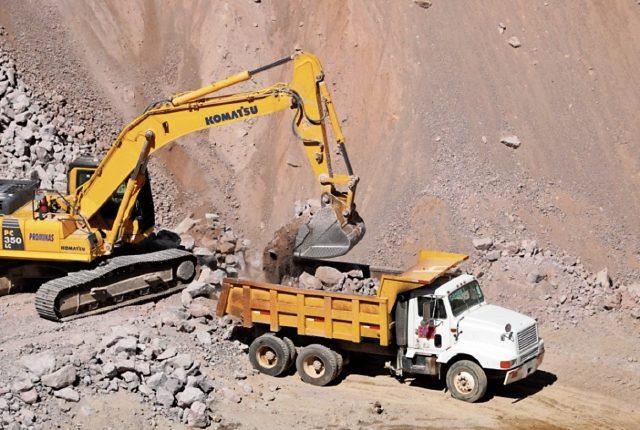 Por medio de un barreno mecánico hidráulico se hacen agujeros para colocar explosivos industriales, con el objetivo de fracturar la piedra. El material se carga en camiones subcontratados de Agreca, que llevan el material a la fábrica.