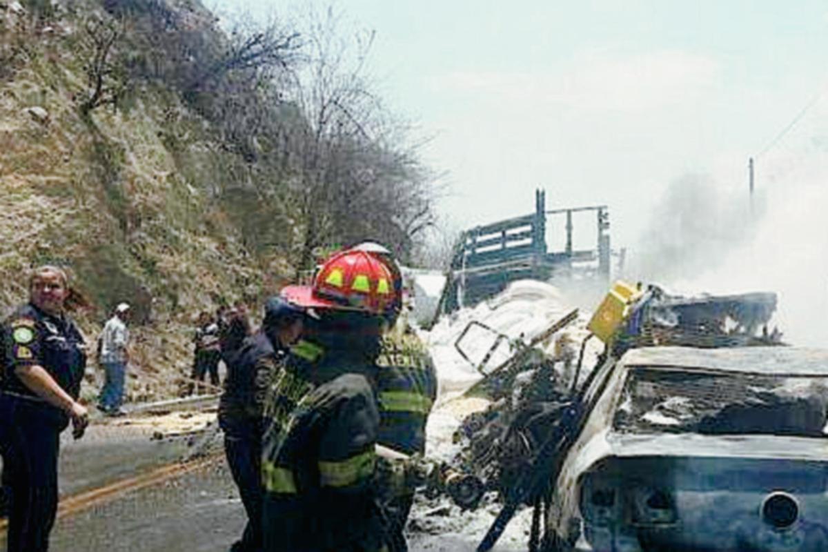 Socorristas trabajan en el lugar del accidente, km 90 de la ruta al Atlántico, San Cristóbal Acasaguastlán, El Progreso. (Foto Prensa Libre: CBMD)
