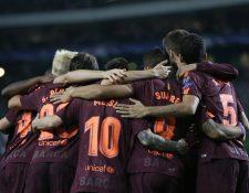 Los jugadores del Barcelona se abrazan luego del gol que les significó el triunfo. (Foto Prensa Libre: AP)