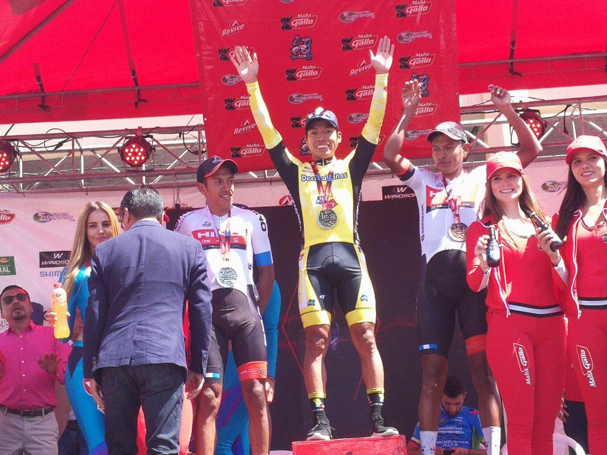 Alfredo Ajpacajá alza los brazos en señal de victoria durante la premiación de la séptima etapa de la 58 Vuelta a Guatemala. (Foto Prensa Libre: Carlos Vicente)