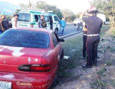 Policías y bomberos en la escena del doble crimen en Teculután, Zacapa. (Foto Prensa Libre: Mario Morales)