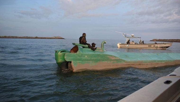 El minisubmarino en el que se transportaba droga fue detectado a 183 millas náuticas de las cotas de Pacífico guatemalteco. (Foto Prensa Libre: Ejército de Guatemala)