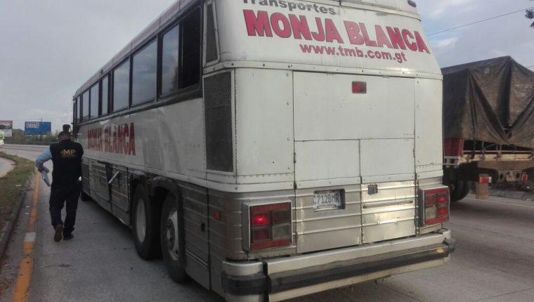 El menor falleció en la unidad de los transportes Monja Blanca, que se dirigía a Cobán, Alta Verapaz. (Foto Prensa Libre: Hugo Oliva)