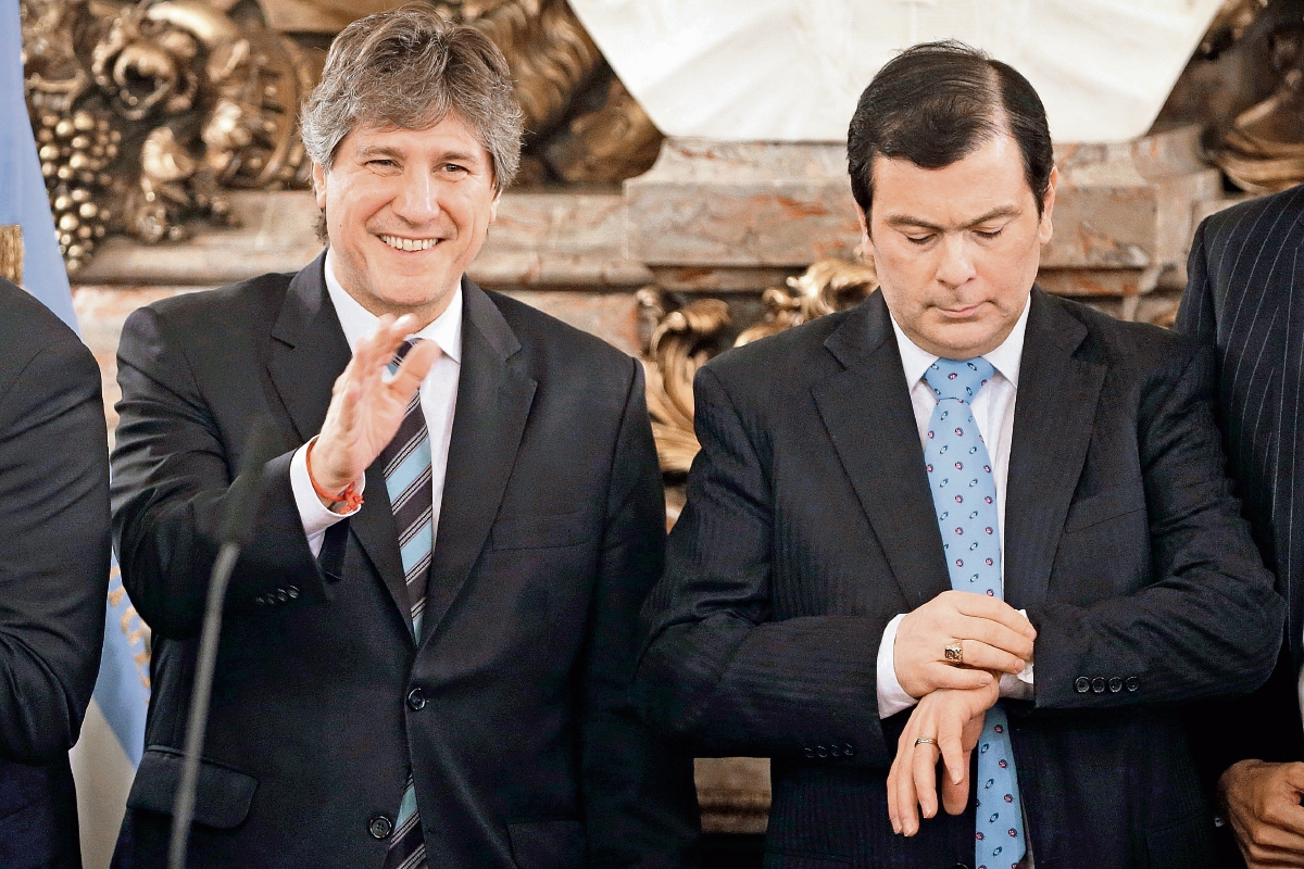 EL VICEPRESIDENTE argentino, Amado Boudou, —izquierda— es acompañado por el senador Gerardo Zamora,en el papalacio presidencia. (AP)