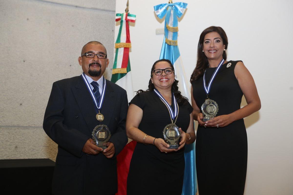 Hemeroteca Nacional reconoce labor de periodistas de Prensa Libre y Guatevisión
