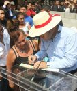 El presidente Jimmy Morales firma el cheque por Q20 mil para la reconstrucción de La Terminal. (Foto Prensa Libre: Erick Ávila)