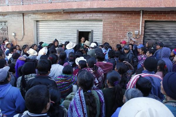 Empleados del Renap trabajan a puerta cerrada.