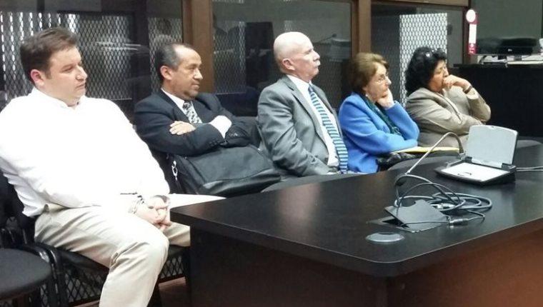 Barreda y De León, en compañía de sus abogados, escuchan la resolución del Juez. (Foto Prensa Libre: Edwin Bercián)
