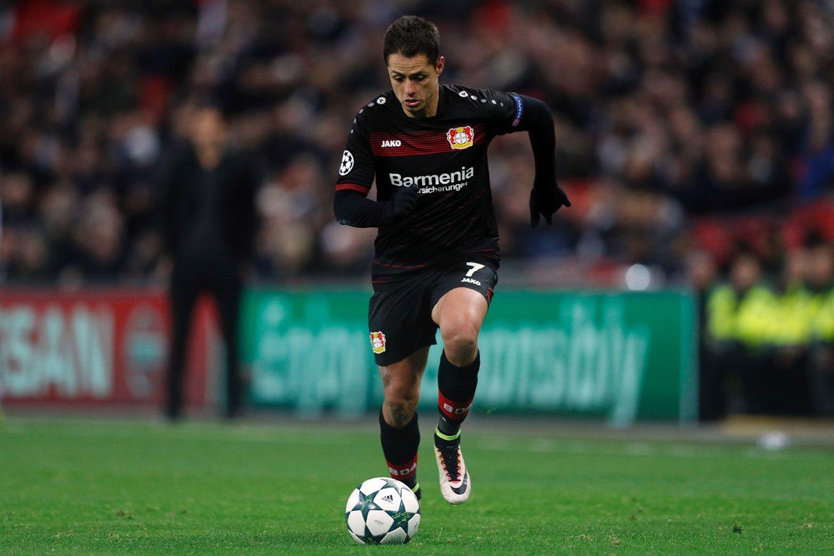 Javier Chicharito Hernández corre con el balón durante el partido de ayer del Bayer Leverkusen en la Liga de Campeones. (Foto Prensa Libre: AFP)