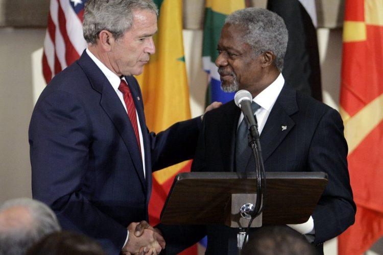 George W. Bush, expresidente de Estados Unidos, junto a Kofi Annan, durante la Asamblea General de la ONU, 2006, en Nueva York.