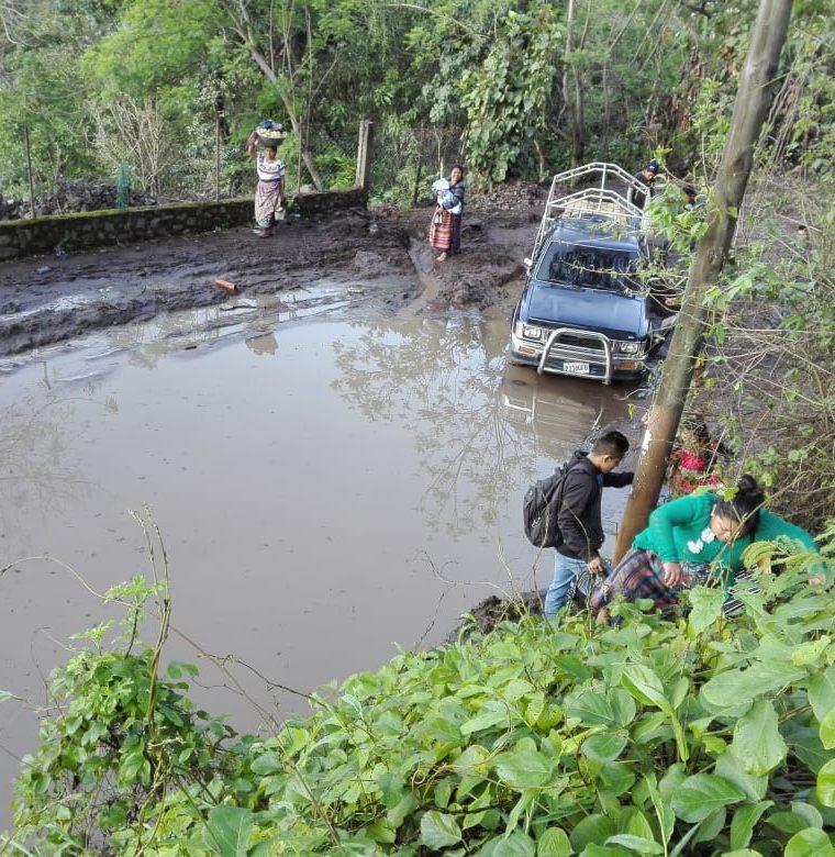Decenas de vecinos resultaron afectados por el alud que se registró en la ruta entre San Marcos La Laguna y San Pedro La Laguna, Sololá. (Foto Prensa Libre: Ángel Julajuj)