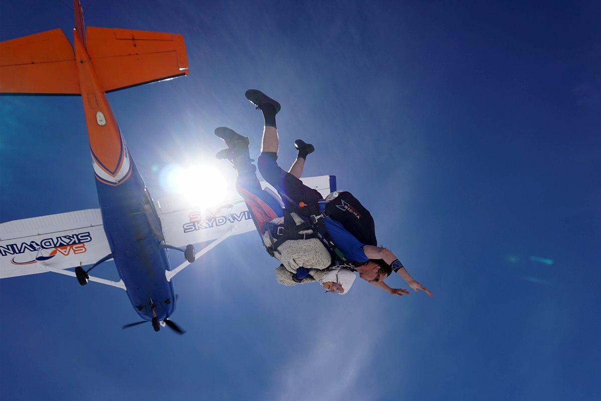 El salto en paracaídas de Irene O'Shea le ha dado la vuelta al mundo. (Foto Prensa Libre: AFP)