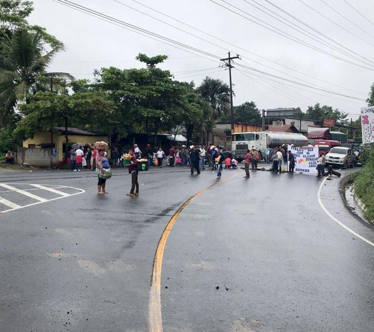 Por segundo día consecutivo manifestantes de Codeca bloquearon varias carreteras del país. (Foto Prensa Libre: Dony Stewart)