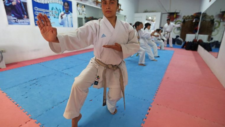 La karateca guatemalteca Cheili González en su dojo durante una entrevista. (Foto Prensa Libre: EFE)